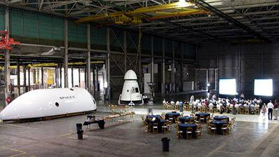 Частный dragon отвезёт семерых на орбитальную станцию