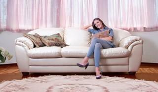 Что происходит с человеком, сидящем на диване?