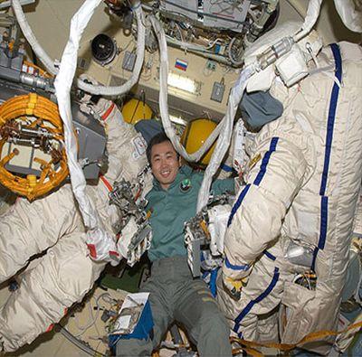 Японский астронавт провёл смешные опыты для народа