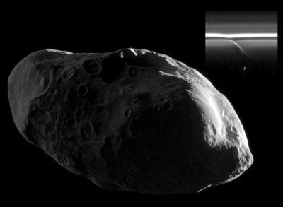 Качающаяся луна сатурна порождает новые спутники