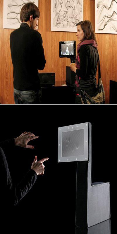Компьютер-робот провожает взглядом безмолвных собеседников