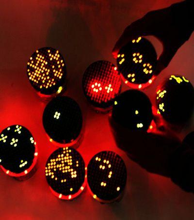 Круглые роботы светятся от радости общения