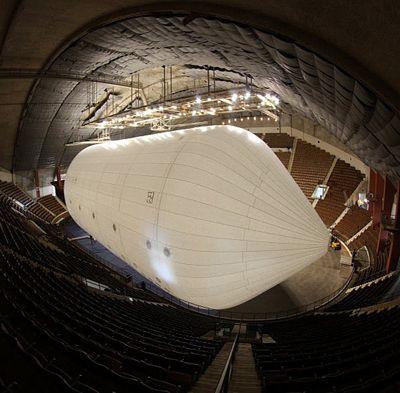 Крупнейший дирижабль надулся под крышей стадиона