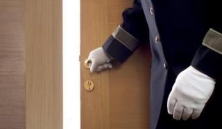 Кто кого должен пропускать у двери?